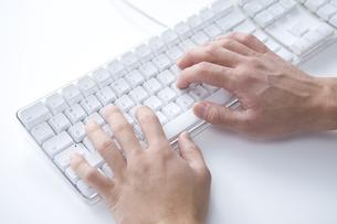PCキーボードを操作する手元の素材 [FYI00913746]