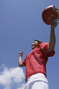 アメリカンフットボールをする男性の素材 [FYI00913853]