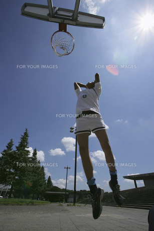 バスケットをする男性の素材 [FYI00913912]