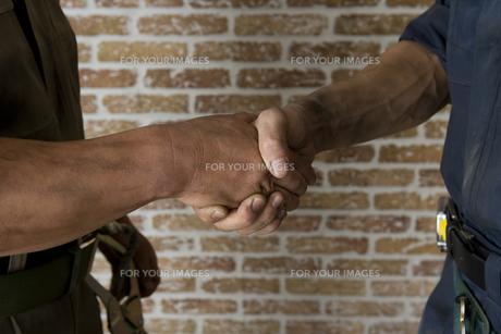 握手をする手の素材 [FYI00913936]
