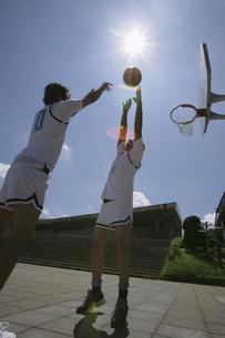 バスケットをする2人の男性の素材 [FYI00913939]