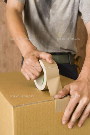 ガムテープを張る手元の素材 [FYI00914129]