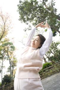 体操するシニア女性の素材 [FYI00914139]