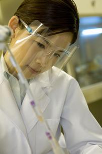 液体窒素を使って検査をする女性の素材 [FYI00914288]