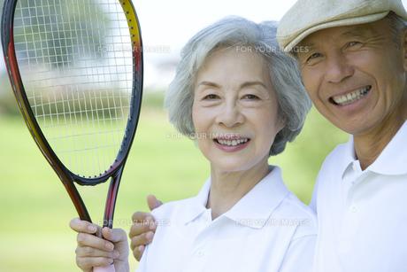 テニスラケットを持つシニア夫婦の素材 [FYI00914373]