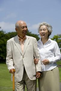 寄り添って歩くシニア夫婦の素材 [FYI00914396]