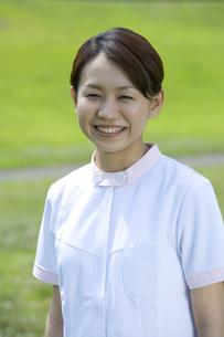 笑顔の女性介護士の素材 [FYI00914417]