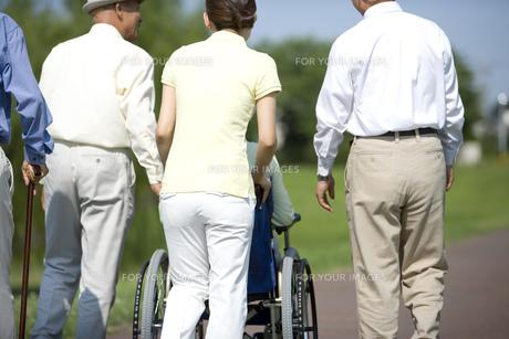 シニアと車椅子を押す介護士の素材 [FYI00914423]