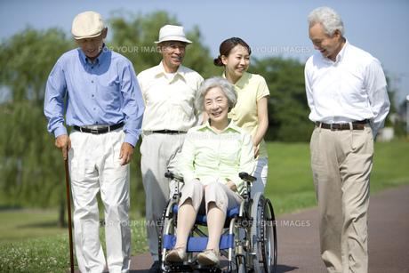 シニアと車椅子を押す介護士の素材 [FYI00914479]
