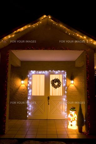 玄関のクリスマスデコレーションの素材 [FYI00914629]