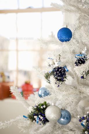 ホワイトツリーのクリスマスイメージの素材 [FYI00914693]