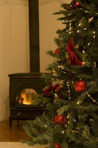 クリスマスツリーと暖かなストーブの素材 [FYI00914698]