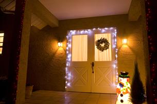 玄関のクリスマスデコレーションの素材 [FYI00914706]