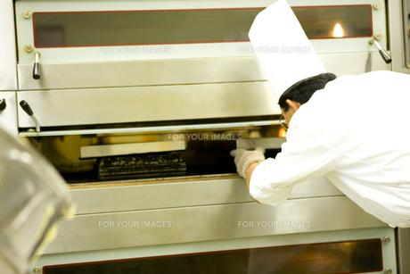 洋菓店でケーキを焼くパティシエの素材 [FYI00915134]