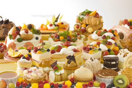 テーブルいっぱいのデコレーションケーキの素材 [FYI00915176]