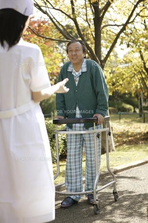 リハビリをする男性患者の素材 [FYI00915217]