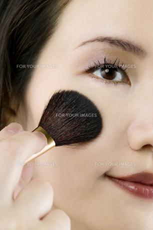 ブラシを使う女性の顔の素材 [FYI00915344]