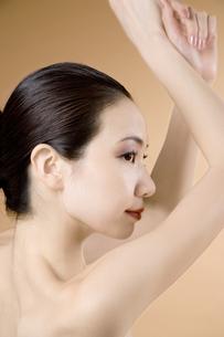 腕を上げる女性の素材 [FYI00915371]