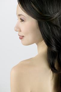背中を見せる女性の横顔の素材 [FYI00915375]