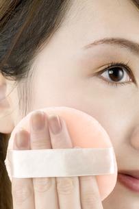 パフを使う女性の顔の素材 [FYI00915394]