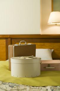 ベッドとスーツケースの素材 [FYI00915444]