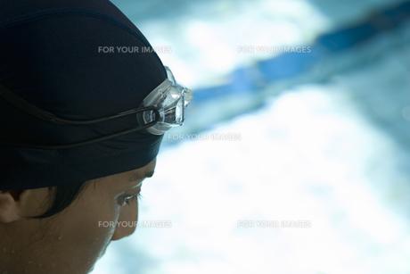 プールで泳ぐ日本人男性の素材 [FYI00915445]