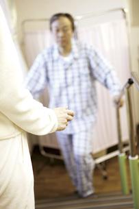 リハビリをしている患者の素材 [FYI00915465]