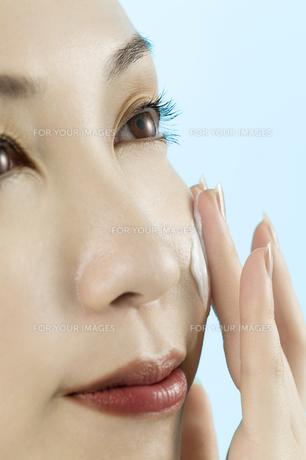 クリームを塗る女性の素材 [FYI00915480]