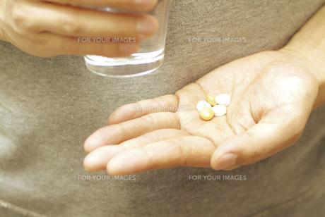 薬を持つ手の素材 [FYI00915495]