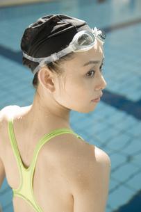 プールと日本人女性の素材 [FYI00915496]