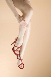 赤いハイヒールの足元の素材 [FYI00915672]