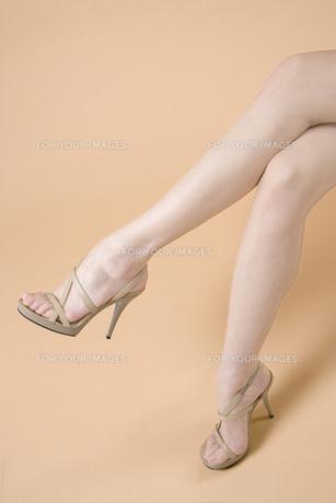 組んだ足の素材 [FYI00915719]