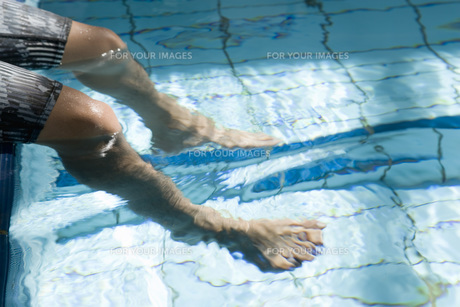 プールにつかる足の素材 [FYI00915782]