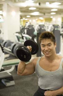 ダンベルを持ち上げる日本人男性の素材 [FYI00915802]