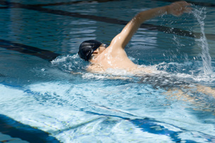 泳ぐ日本人男性の素材 [FYI00915809]