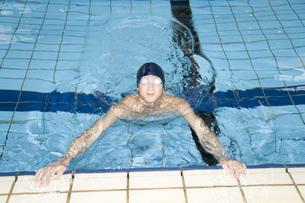 プールで泳ぐ日本人男性の素材 [FYI00915825]