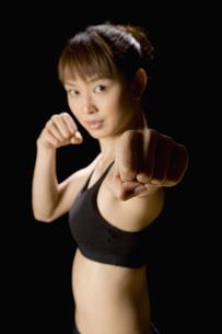 パンチをする日本人女性の素材 [FYI00915841]