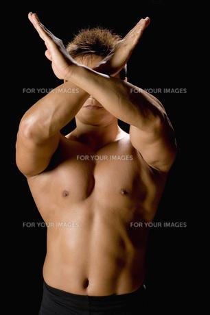 腕でバツ印を作る男性の素材 [FYI00915852]