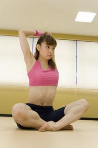 伸びをする女性の素材 [FYI00915857]