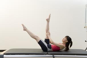 体操をする日本人女性の素材 [FYI00915860]
