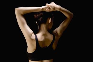 両腕を上げる日本人女性の素材 [FYI00915871]