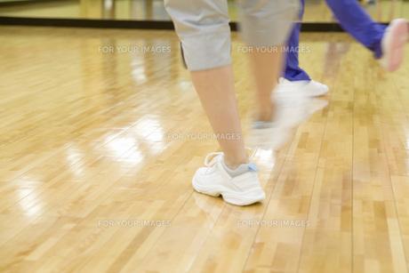 体操する女性の足元の素材 [FYI00915876]