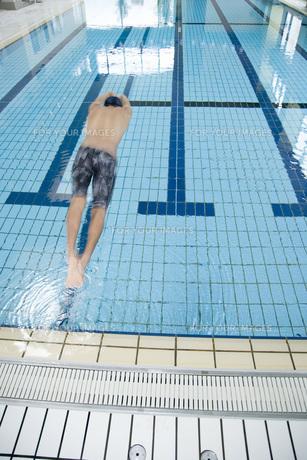 プールで泳ぐ男性の素材 [FYI00915893]
