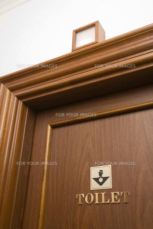 レストルームのドアの素材 [FYI00915897]