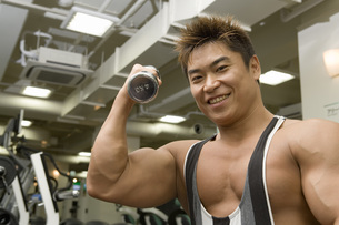 ダンベルを持ち上げる日本人男性の素材 [FYI00915917]