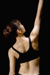 腕を上げる日本人女性の素材 [FYI00915947]