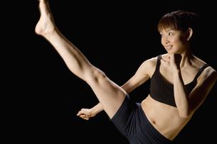 キックをする日本人女性の素材 [FYI00915948]