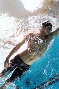 プールで泳ぐ日本人男性の素材 [FYI00915957]