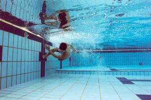 水中でターンをする男性の素材 [FYI00915968]