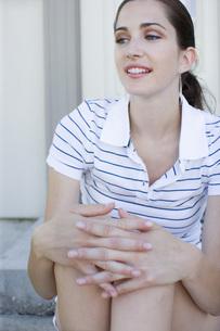膝を抱えて座る女性の素材 [FYI00916056]